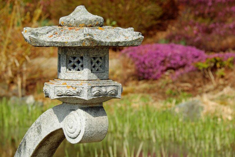Garden styles - Japanese gardens - stone lantern - dearplants.com